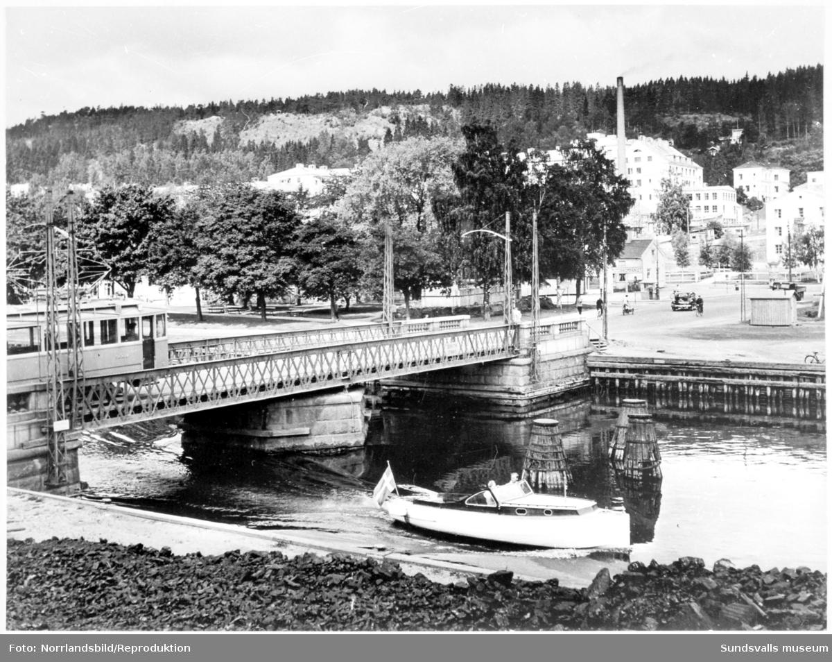 En spårvagn är på väg över den gamla svängbara Tivolibron i Sundsvall.