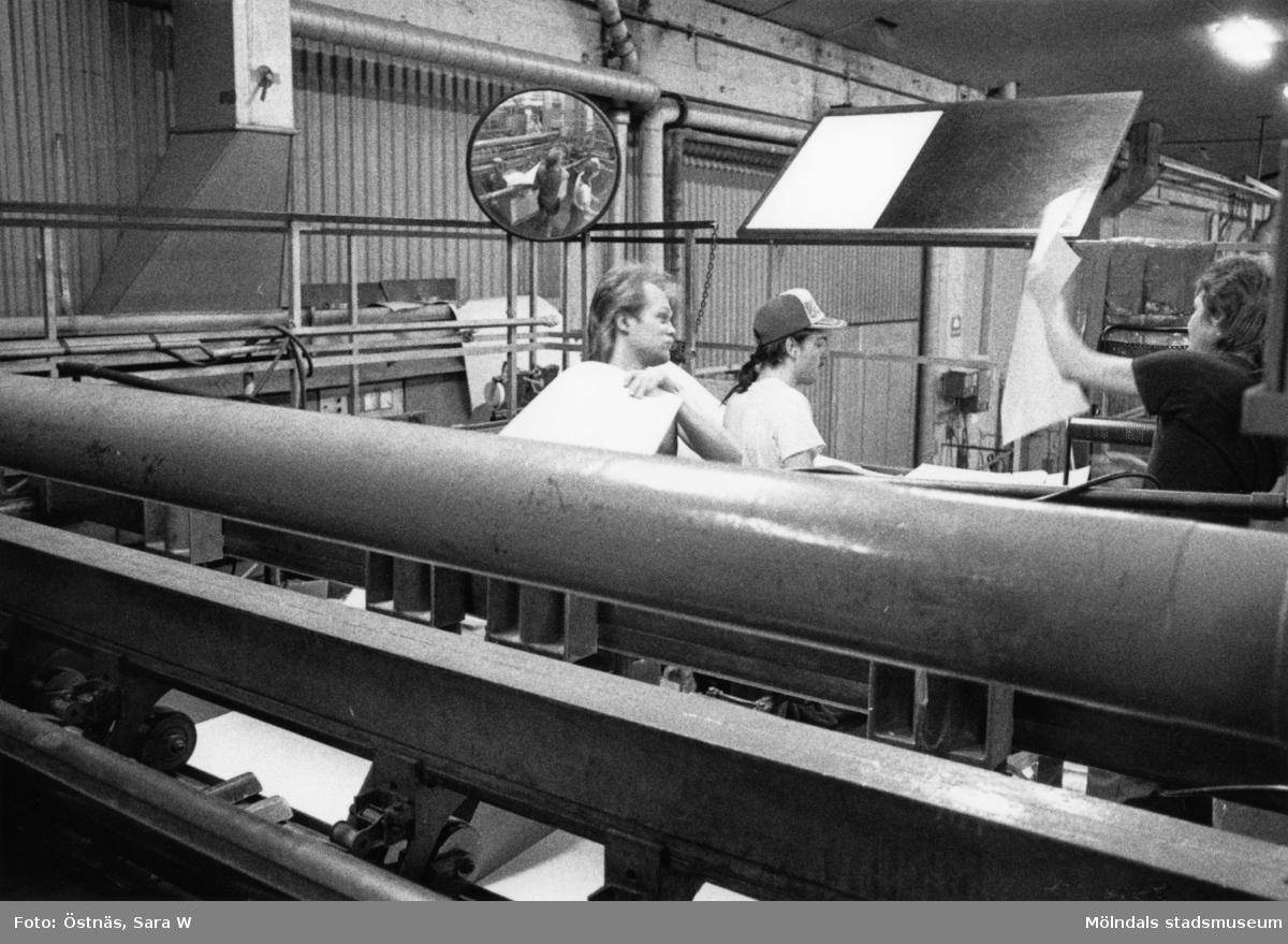 Män i arbete på Papyrus i Mölndal, år 1990. Byggnad 6, kartongklipp. Mannen till vänster är Arne Gullberg.