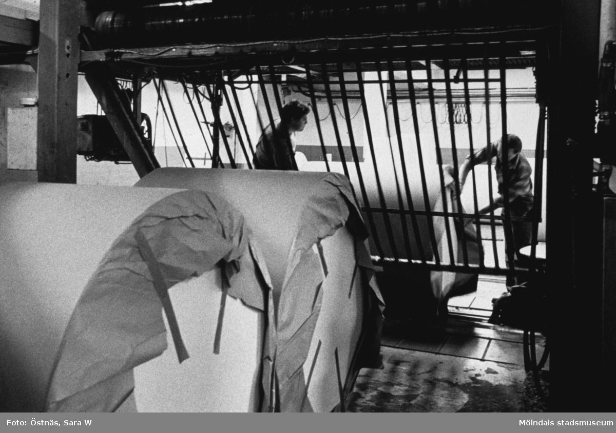 Lennart Landh och Stefan Roslund rullpaketerar kartongrullar på Papyrus i Mölndal, år 1990.