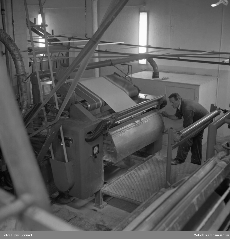 Man i arbete vid målmaskin nr 6 på Papyrus i Mölndal, 5/12 1959.