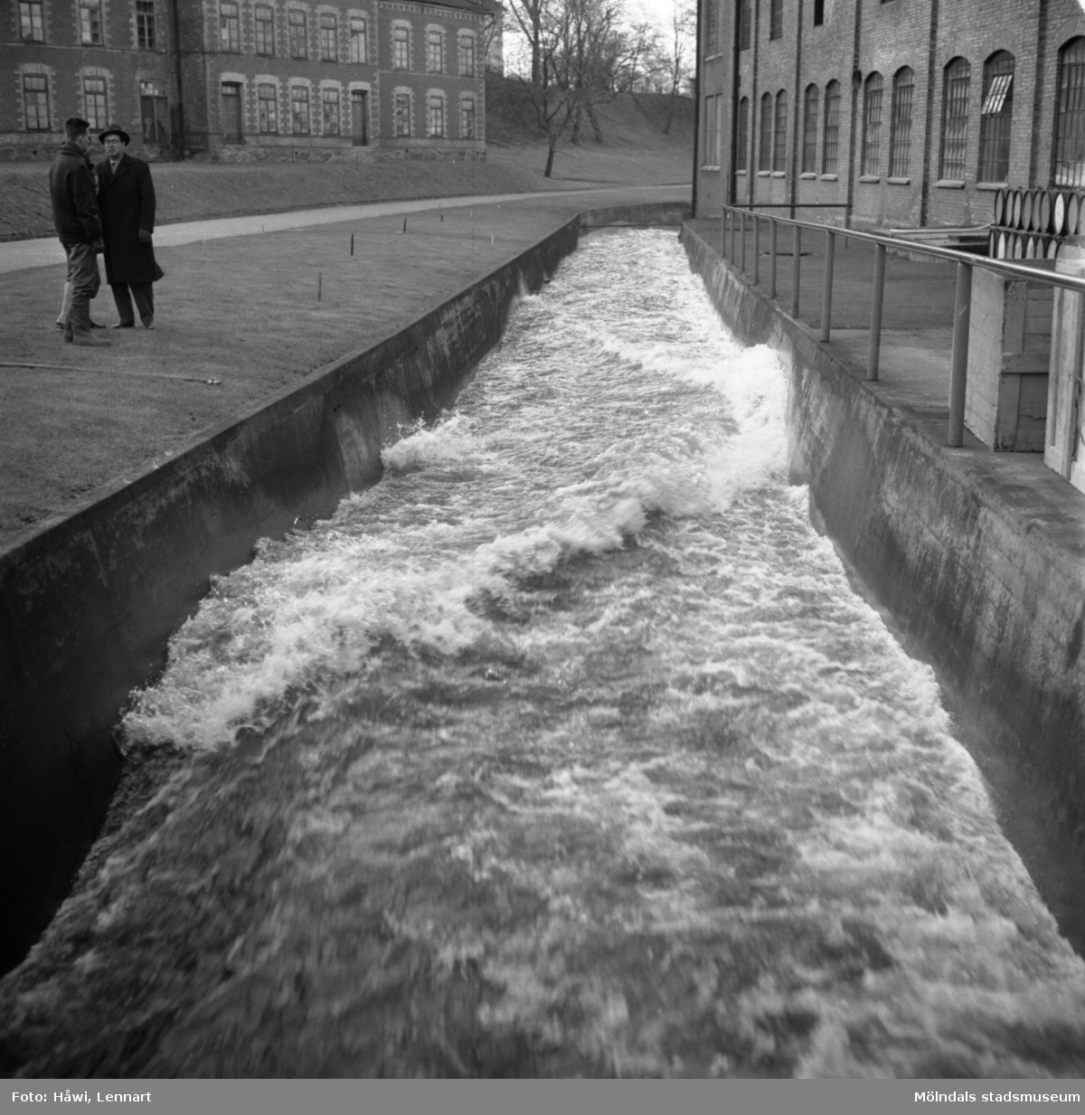 Mölndalsån inom Papyrus fabriksområde vid byggnaden nr 19. Papyrus i Mölndal, 23/1 1962.