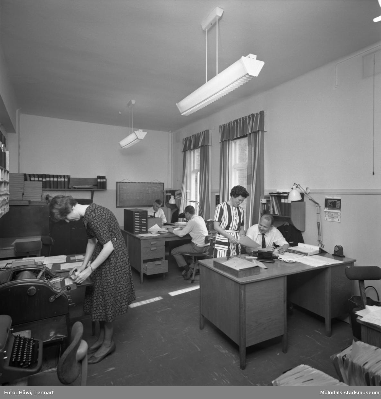 Interiörbild från Papyrus i Mölndal 25/5 1964. Kvinnor och män i ett kontor.