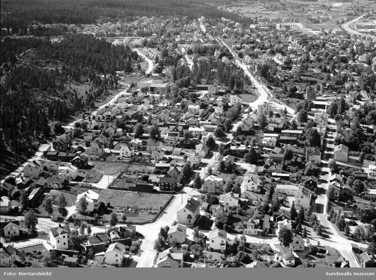 Flygfoto över Södermalm fotograferat västerut från korsningen Parkgatan-Granmodalsgatan, Gränsgatan. Längst bort syns Sallyhill och Vinkeltået. I bildens vänstra del kan man se tre numera rivna större trävillor, närmast den så kallade Alphyddan (Gränsgatan 28), längre bort Carlsro (Fredsgatan 34) och Fredriksro (Södra Allén 19).