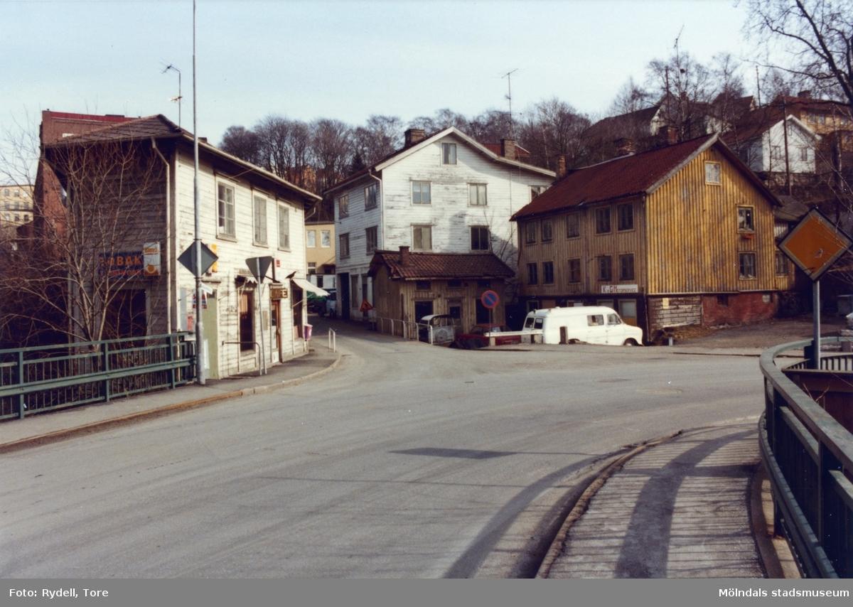 Vy från Forsebron mot Götaforsliden i Mölndals Kvarnby på 1970-talet. Till vänster ses Götaforsliden 1-5, till höger nr 6 och 4 (även Roten M 1 och 2).