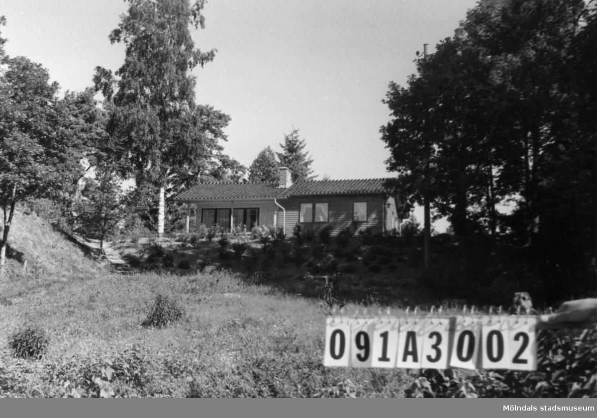 Byggnadsinventering i Lindome 1968. Hällesåker 2:11. Hus nr: 091A3002. Benämning: fritidshus och två redskapsbodar. Kvalitet, fritidshus: mycket god. Kvalitet, redskapsbodar: mindre god. Material: trä. Övrigt: tak över uteplats. Tillfartsväg: framkomlig. Renhållning: soptömning.