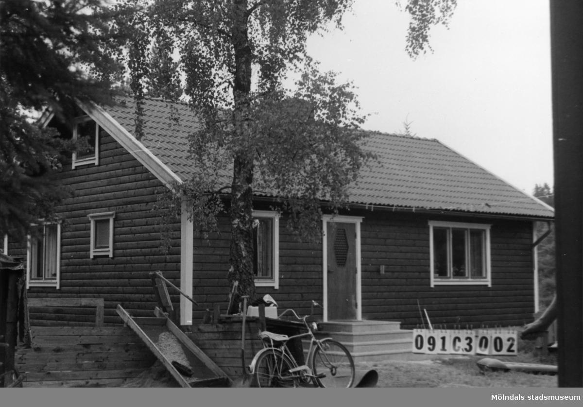 Byggnadsinventering i Lindome 1968. Långö 1:4. Hus nr: 091C3002. Benämning: fritidshus, gäststuga och redskapsbod. Kvalitet, fritidshus: mycket god. Kvalitet, gäststuga: mindre god. Kvalitet, redskapsbod: dålig. Material: trä. Tillfartsväg: ej framkomlig. Renhållning: ej soptömning.