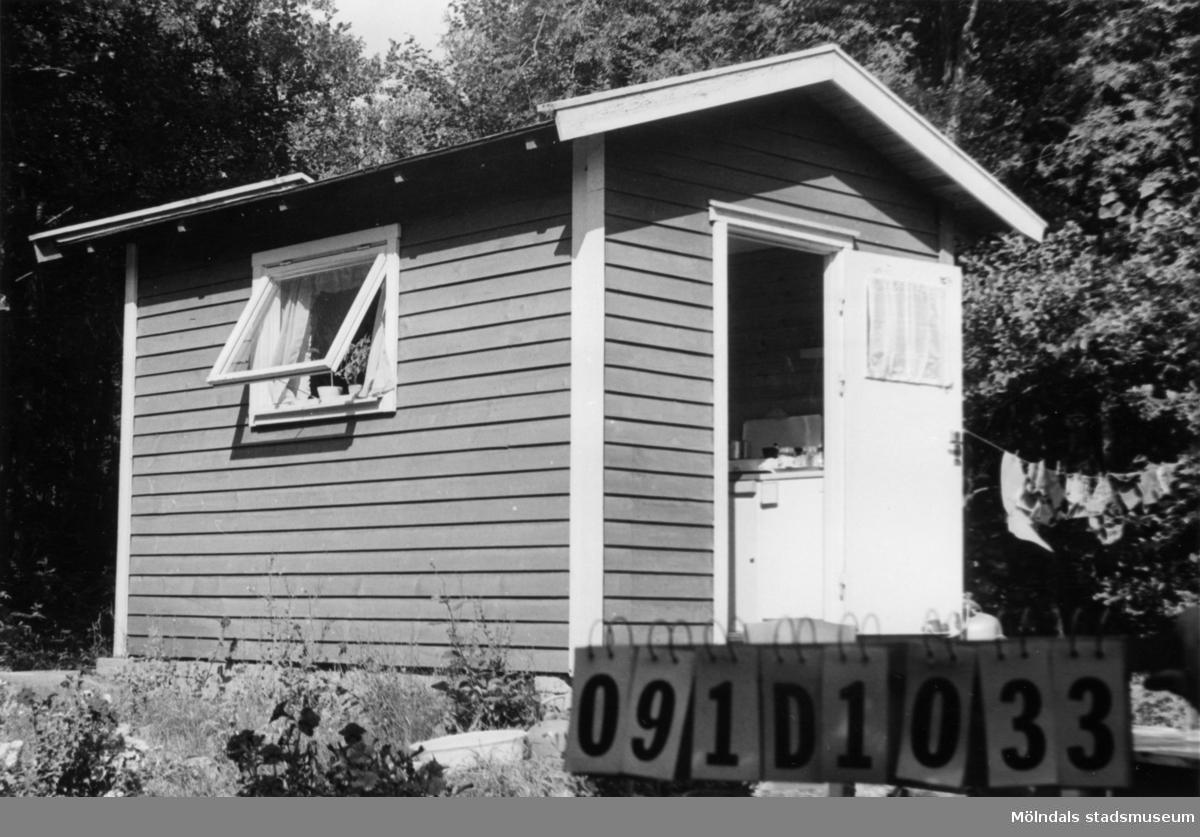 Byggnadsinventering i Lindome 1968. Ranered 1:2. Hus nr: 091D1033. Gäststuga till 091D1034. Benämning: fritidshus. Kvalitet: god. Material: trä. Tillfartsväg: framkomlig.
