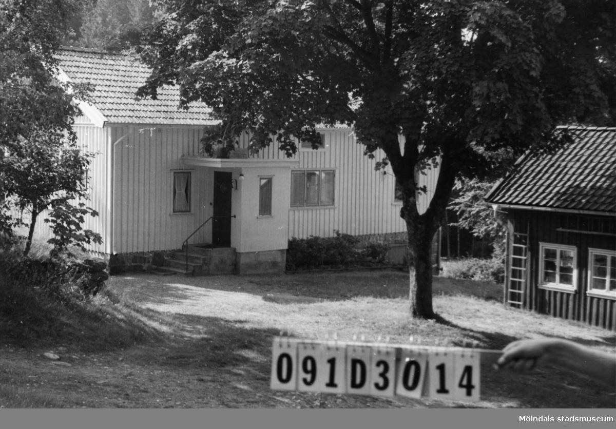Byggnadsinventering i Lindome 1968. Ranered 1:7. Hus nr: 091D3014. Benämning: fritidshus och två ladugårdar. Kvalitet: god. Material: trä. Tillfartsväg: framkomlig.