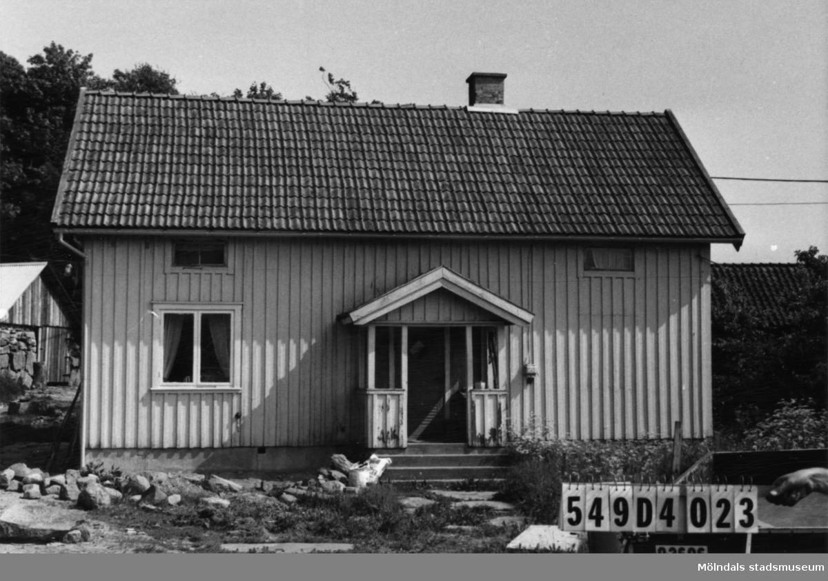Byggnadsinventering i Lindome 1968. Hällesås 1:25. Hus nr: 559A1003.  Benämning: permanent bostad, ladugård och jordkällare. Kvalitet, bostadshus: god. Kvalitet, ladugård och jordkällare: mindre god. Material: trä. Övrigt: byggnadsplats. Tillfartsväg: framkomlig.