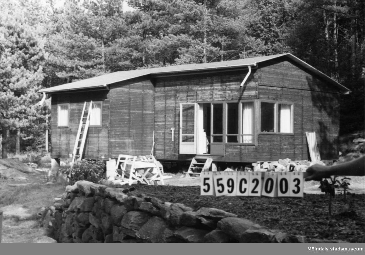 Byggnadsinventering i Lindome 1968. Fagered 2:33. Hus nr: 559C2003. Benämning: fritidshus och redskapsbod. Kvalitet, fritidshus: mycket god. Kvalitet, redskapsbod: mindre god. Material: trä. Övrigt: byggnadsplats. Tillfartsväg: framkomlig. Renhållning: soptömning.
