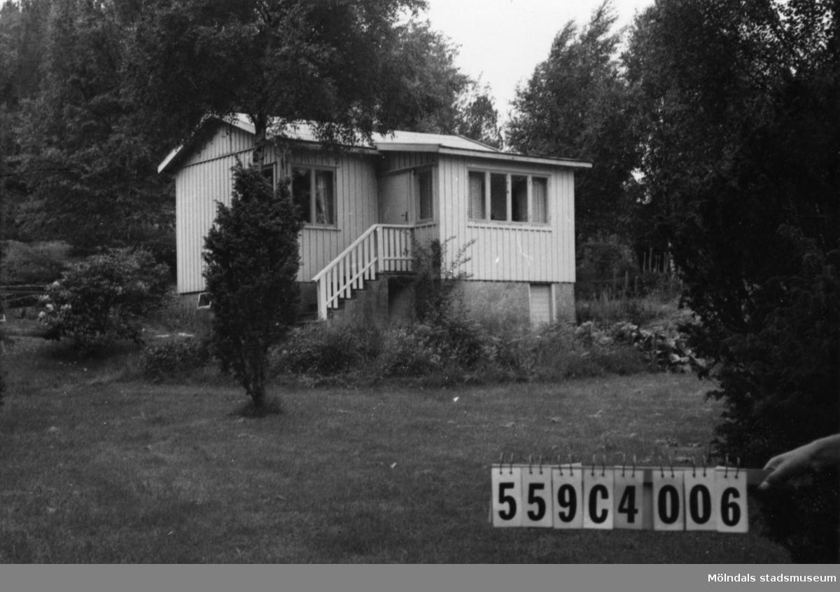 Byggnadsinventering i Lindome 1968. Gastorp 2:85. Hus nr: 559C4006. Benämning: fritidshus och garage. Kvalitet: god. Material: trä. Tillfartsväg: framkomlig. Renhållning: soptömning.