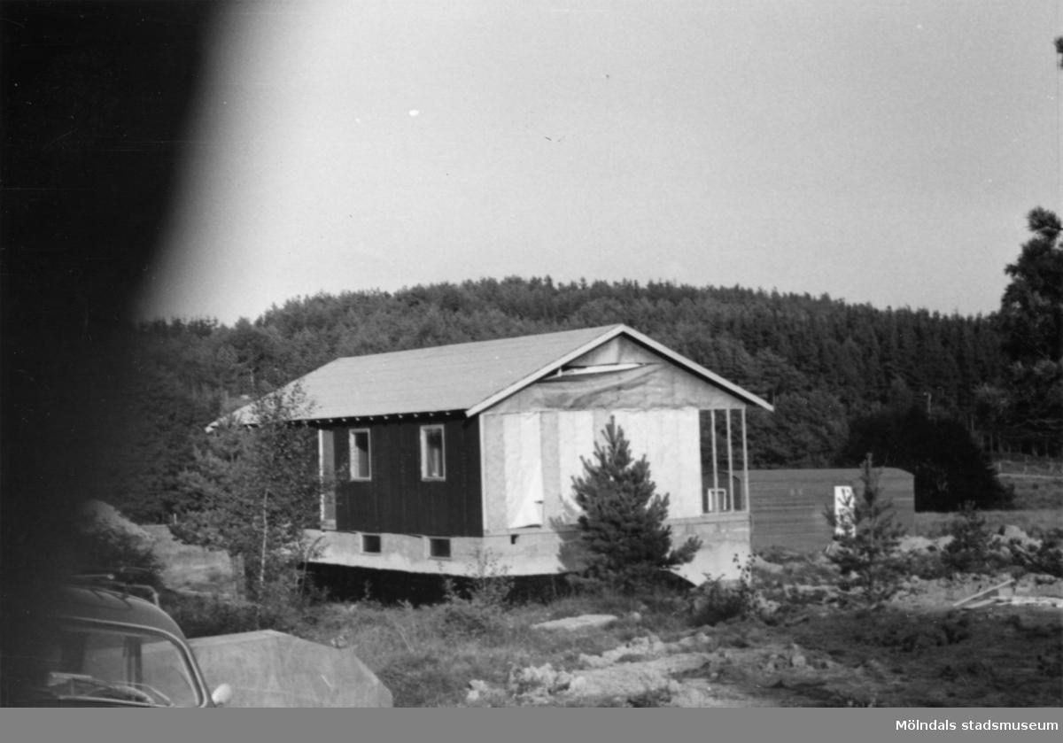 Byggnadsinventering i Lindome 1968. Gastorp. Hus nr: 559C4020. Benämning: fritidshus. Kvalitet: mycket god. Material: trä. Övrigt: under byggnad. Tillfartsväg: framkomlig.