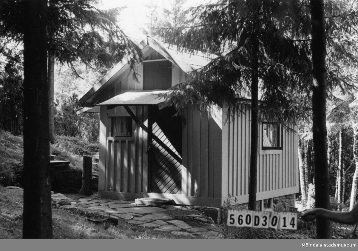 Byggnadsinventering i Lindome 1968. Gastorp 1:69. Hus nr: 560D3014. Benämning: fritidshus, redskapsbod och lekstuga. Kvalitet, fritidshus och lekstuga: god. Kvalitet, redskapsbod: mindre god. Material: trä. Tillfartsväg: ej framkomlig.