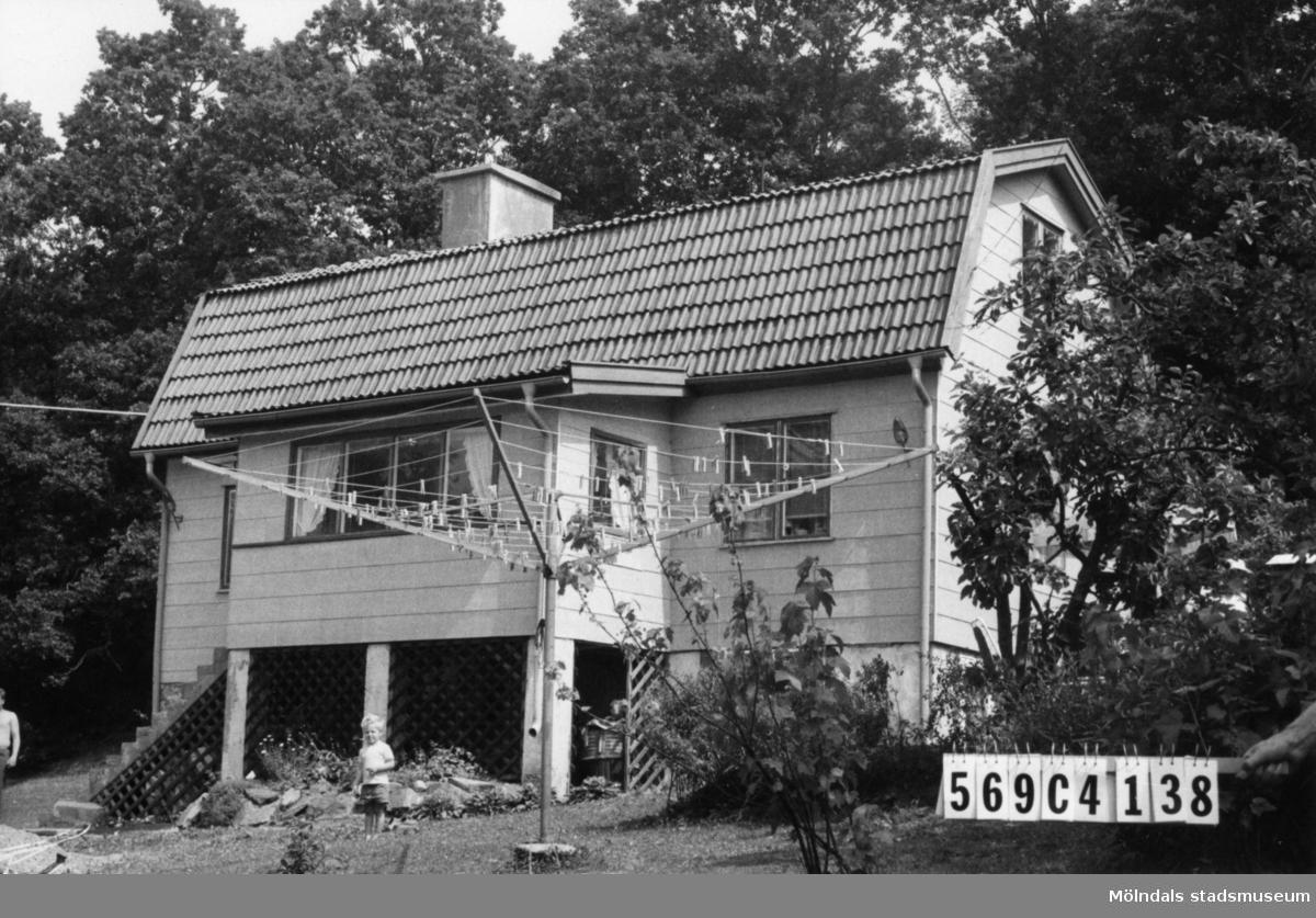 Byggnadsinventering i Lindome 1968. Gårda 2:34. Hus nr: 569C4038. Benämning: permanent bostad och gäststuga. Kvalitet, bostadshus: god. Kvalitet, gäststuga: mindre god. Material, bostadshus: eternit. Material, gäststuga: trä. Tillfartsväg: framkomlig. Renhållning: soptömning.