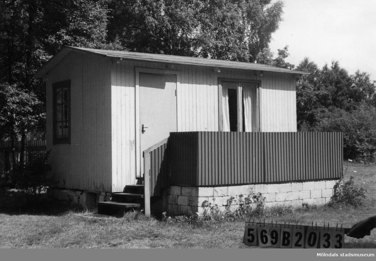 Byggnadsinventering i Lindome 1968. Gastorp 3:60. Hus nr: 569B2033. Benämning: fritidshus och två redskapsbodar. Kvalitet: mindre god. Material: trä. Tillfartsväg: framkomlig.