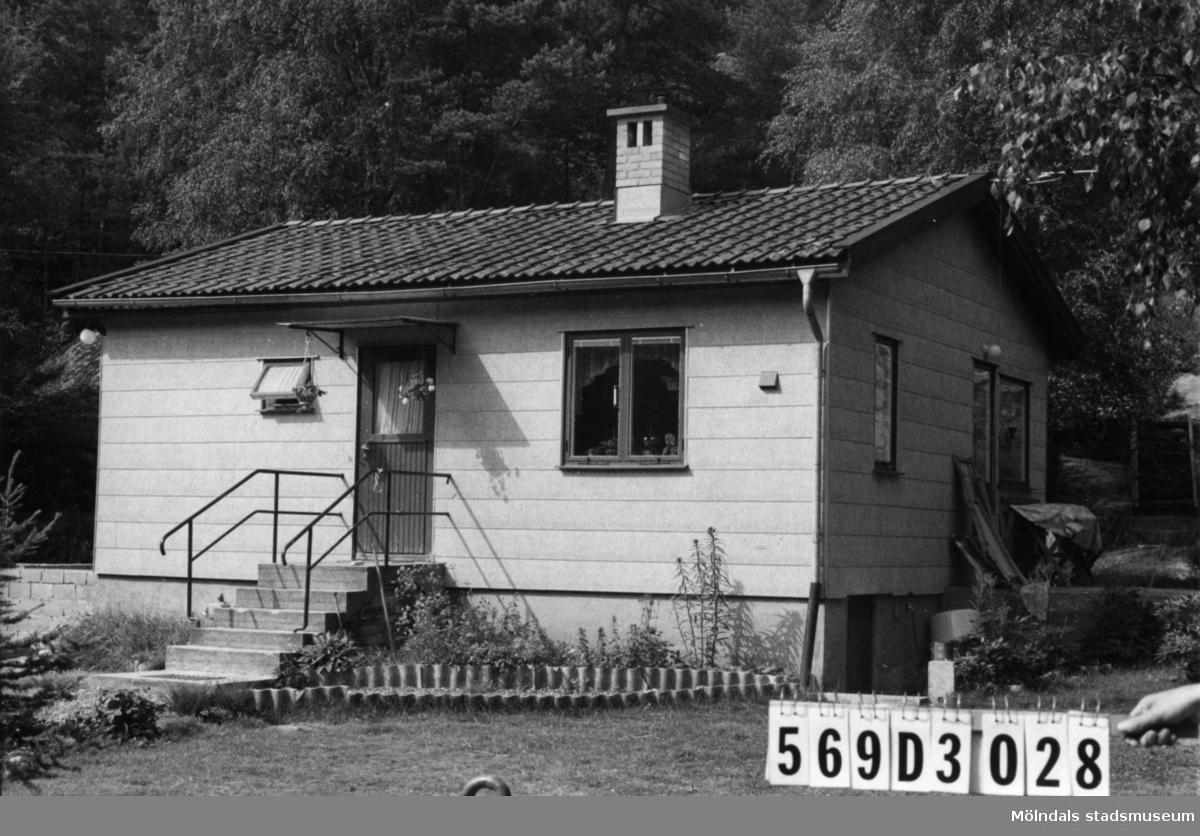 Byggnadsinventering i Lindome 1968. Berget 1:64. Hus nr: 569D3028. Benämning: permanent bostad och två redskapsbodar. Kvalitet, bostadshus: god. Kvalitet, redskapsbodar: mindre god. Material, bostadshus: eternit. Material, redskapsbodar: trä. Övrigt: tillbyggnad göres. Stökigt till tusen. Tillfartsväg: framkomlig. Renhållning: soptömning.