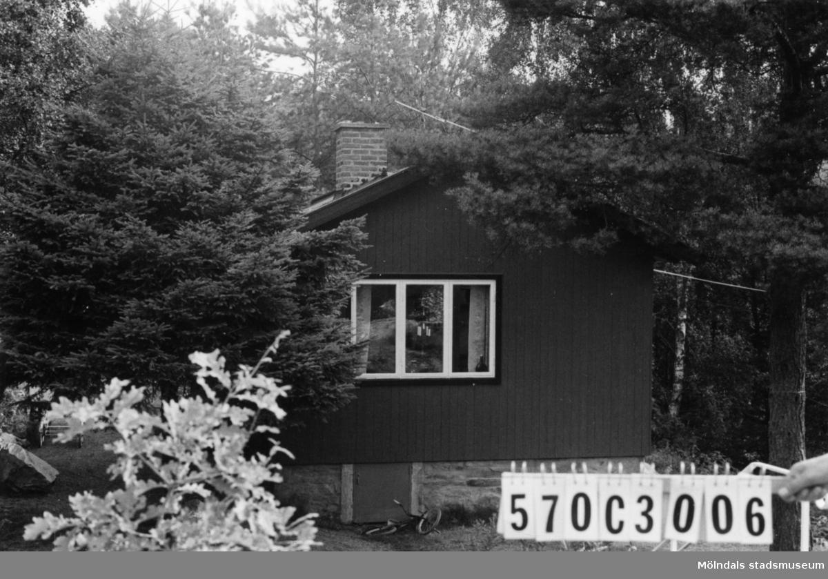 Byggnadsinventering i Lindome 1968. Dvärred 2:77. Hus nr: 570C3006. Benämning: fritidshus. Kvalitet: mycket god. Material: trä. Övrigt: en fruktansvärt dåligt murad grund uppföres. Tillfartsväg: framkomlig. Renhållning: soptömning.
