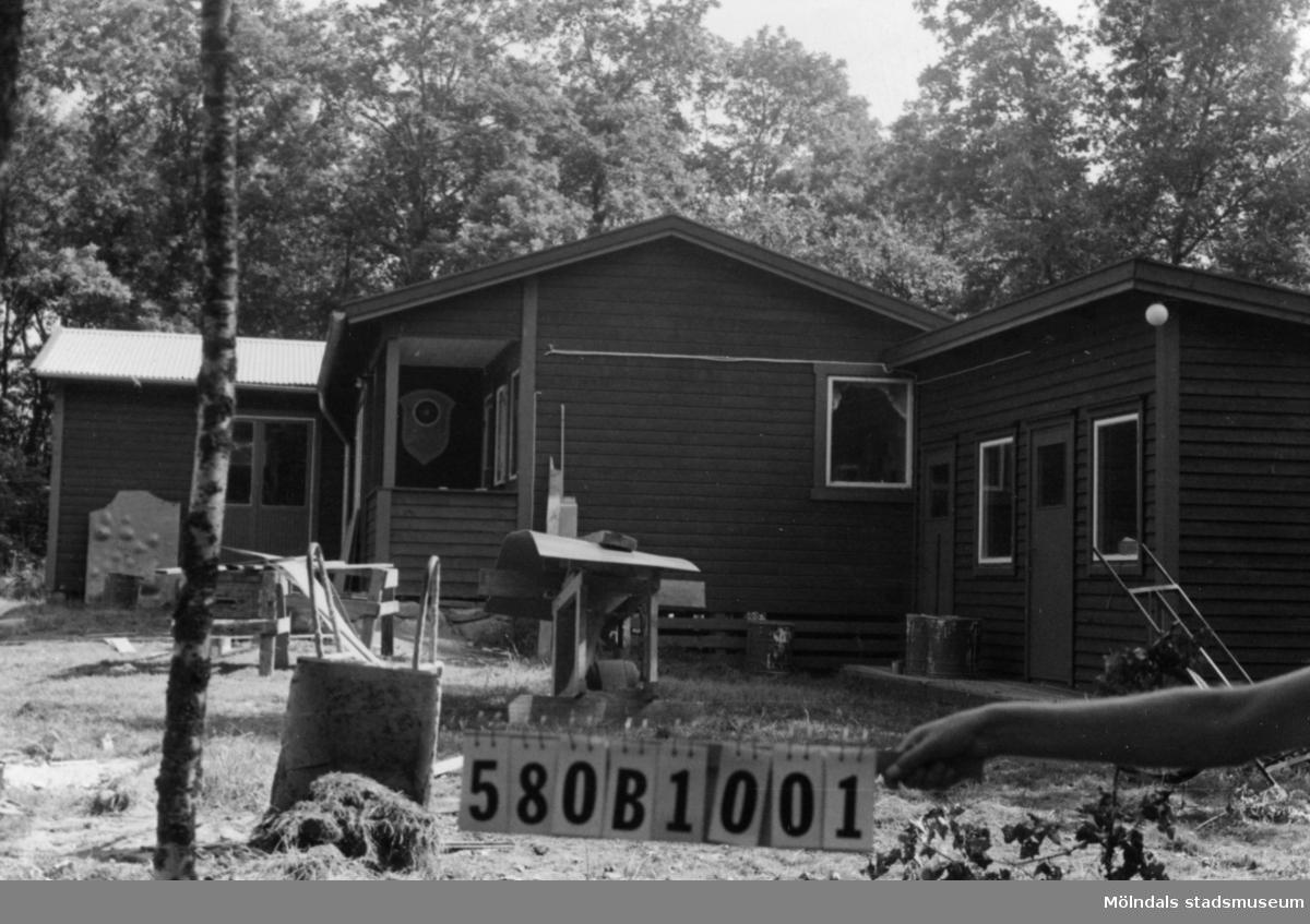 Byggnadsinventering i Lindome 1968. Dvärred 7:1. Hus nr: 580B1001. Benämning: klubbhus. Kvalitet: mycket god. Material: trä. Tillfartsväg: framkomlig.