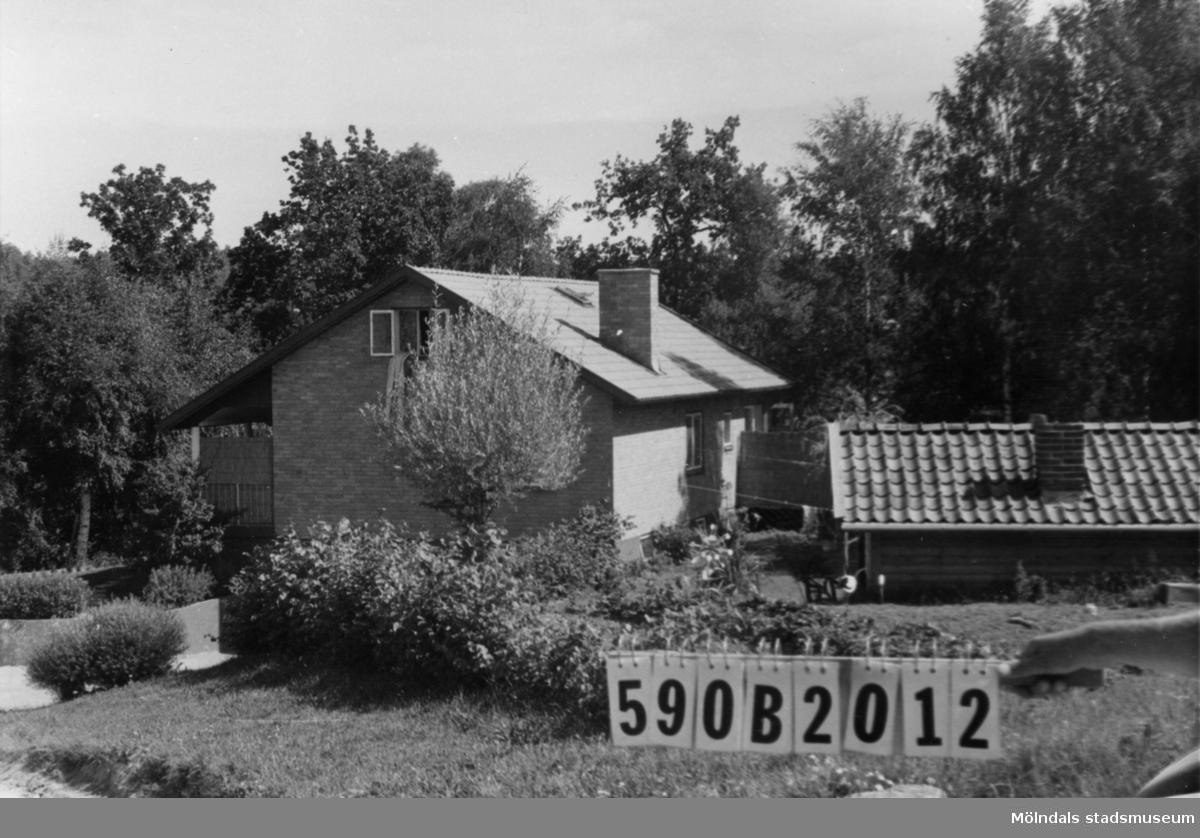 Byggnadsinventering i Lindome 1968. Gårda 5:1. Hus nr: 590B2012. Benämning: permanent bostad. Kvalitet: mycket god. Material: gult tegel. Övrigt: lekstuga. Tillfartsväg: framkomlig. Renhållning: soptömning.