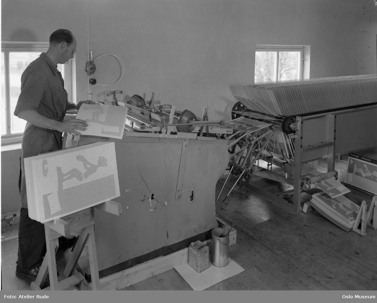 interiør, Chyss silketrykkeri, trykkemaskiner, mann
