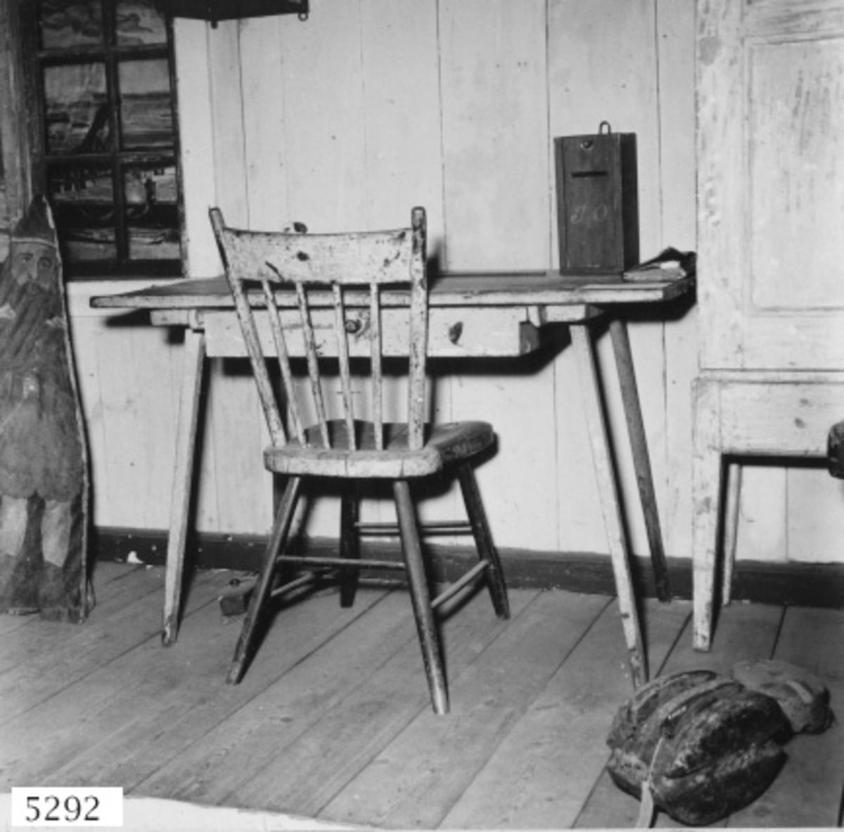 Arbetsstol av furu, pinnstolstyp. Från 1700-talet.