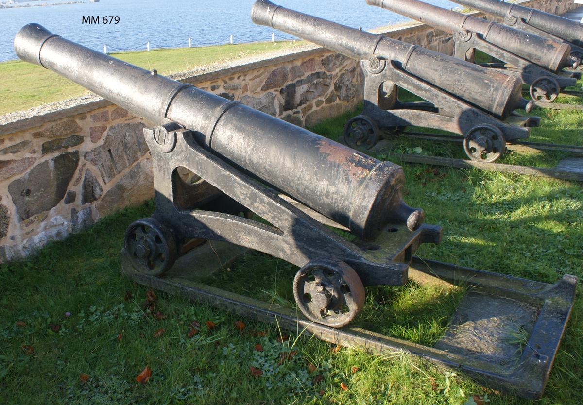"""6 pundig slätborrad framladdningskanon M/Ashling, av 310 kulors vikt, med lavett och kursör, av järn. Kanonens gjut. nr 121. Vikt = 935 kg. Märkt å ena tappen """"H"""" och å den andra """"86"""". Kanonen gjuten vid Hällefors bruk år 1785. Tillkom på museet år 1926. Uppställd å Kungshall."""