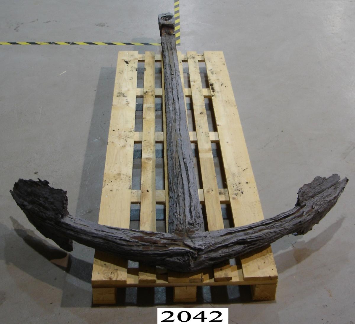 Varpankare, från förra hälften av 1700-talet, troligen svenskt. Det är upphittat vid fiske med trål sydost om Utklippan i augusti 1953. Lägg med flyna samt ankarringen mycket anfrätta av rost. En del av ringen klädd med buldan har bibehållit sin ursprungliga diameter. Stocken är i två halvor, sammansatta av pluggar av trä. Den har bibehållit sin ursprungliga form men blivit svart och hård.