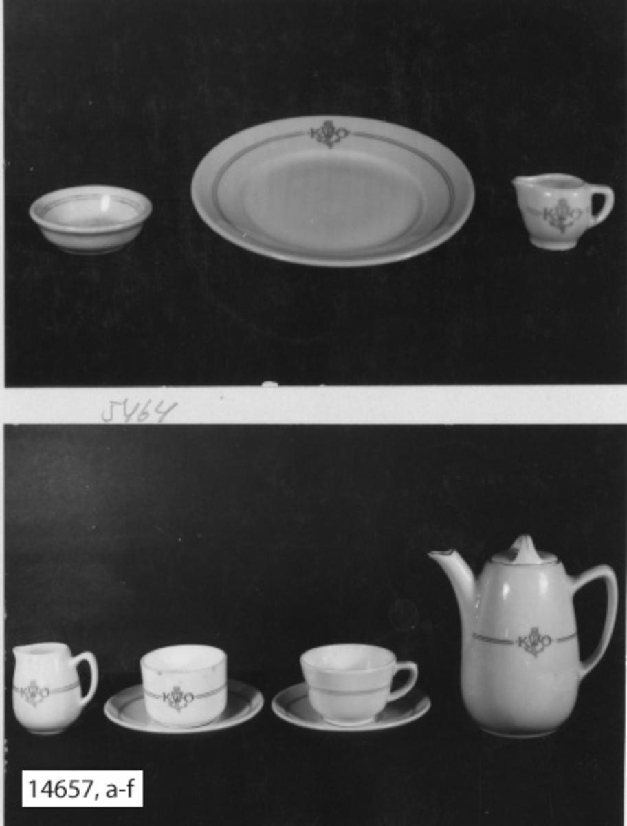 Servis,kanna, kaffe-, av porslin. Samtliga servisdelar försedda med två smala ränder i blått med emblem och monogram, bestående av ankare och bokstäverna K.W.Ö. (Kronprinsessan Wictorias örlogshem).