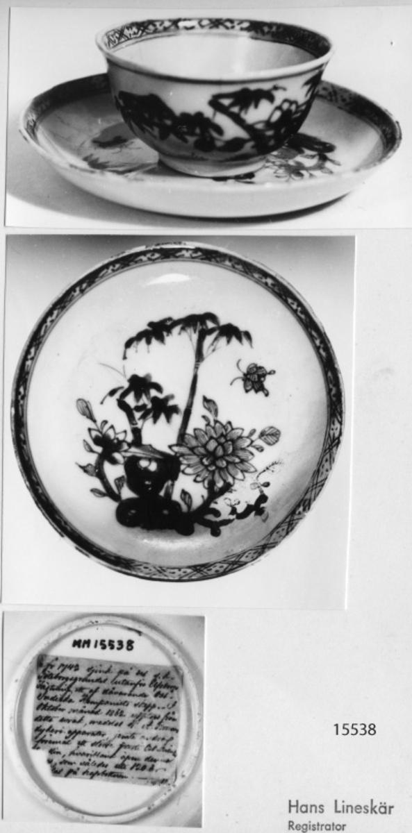 Kopp med fat, ostindisk i blå blomdekor. I botten på fatet en papperslapp med följande text: År 1742 sjönk på det s.k. Göteborgsgrundet utanför Elfsborgs fästning ett af dåvarande ostindiska kompaniets skepp. I Oktober månad 1862 upptogs från detta vrak, medelst---dykeriapparater, jemte föremål ett större parti ostindiskt porslin, hvaribland äfven denna, som således uti 120 år hvilat på havsbotten.