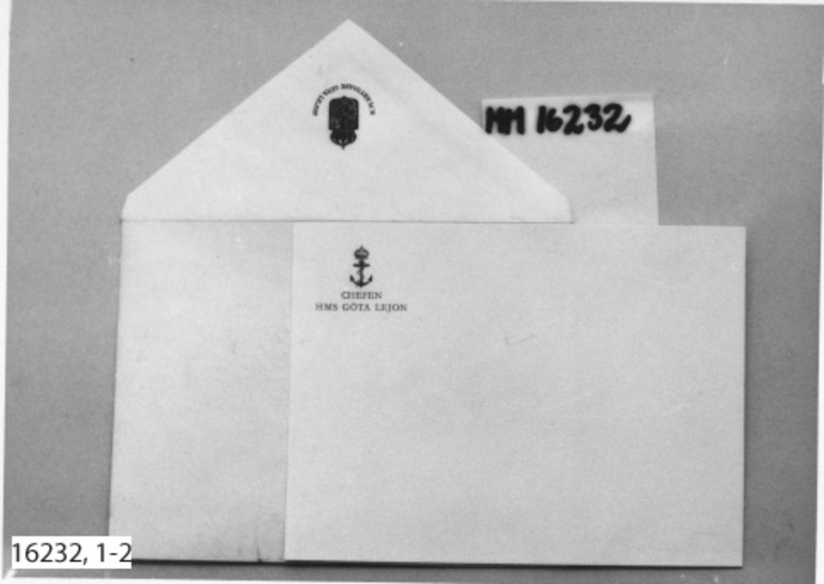 """:1 Kuvert av gulvitt papper. Fyr- och spetsflikigt ark som vikts ihop, med ena långsidefliken gummerad och öppen. På den öppna fliken reliefstämpel i blått med texten; """" H. M. KRYSSARE GÖTA LEJON """" i halvcirkel krönt med fartygsemblemet; Sköld med stående grip krönt med krona. :2 Kort, vitt, med i ena hörnet tryck i blått; texten; """"CHEFEN HMS GÖTA LEJON"""". Krönt med flottans emblem; ankare krönt med krona."""
