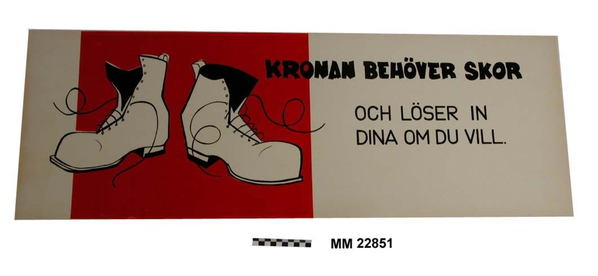 Text svarta bokstäver på vit botten: KRONAN BEHÖVER SKOR OCH LÖSER IN DINA OM DU VILL. En tredjedel av skylten täcks av ett rött fält med ett par stiliserade tecknade skor.  Papp 3 mm.