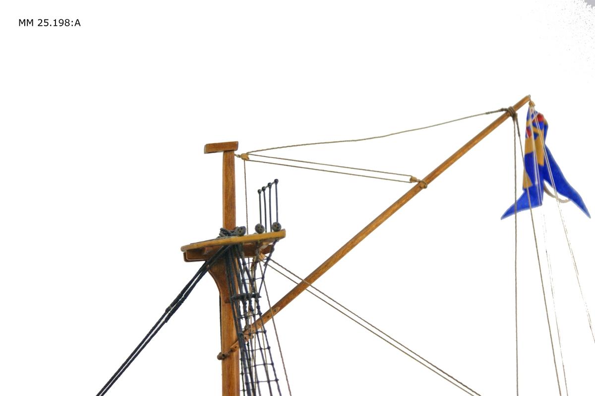 Fartygsmodell som föreställer skeppsgossebriggen Skriner. Skrovets övre halva målad i svart med en vit linje som löper om hela fartyget. I den virta linjen är fyra svarta kvadrater målade som symboliserar kanonluckor. Relingen har tre urfasningar för kanoner på varje sida där den aktersta är försedd med lucka, den mittersta helt saknar lucka och den förligaste urfasningaen har en halv lucka monterad.Skrovets nedre del målad i olivgrön bottenfärg. Fartyget har två master, men endast undermasterna är monterade på modellen. Från salningen saknas toppmasterna. Däcket träfärgat. Längst akterut sitter drill med en axel till rodret. För om drillen finns ett vitt däckshus och därefter ett gångspel utan armar. Mellan de tvä masterna, tätt intill stormasten, finns en vit nedgångslucka. På förliga masten hänger en skeppsklocka. I fören, under peket, sitter Skirners galjonsbild som utgörs av ett guldfärgat S på blå botten omgivet av sköld och kransar. På gaffelnocken är unionsflaggan satt.