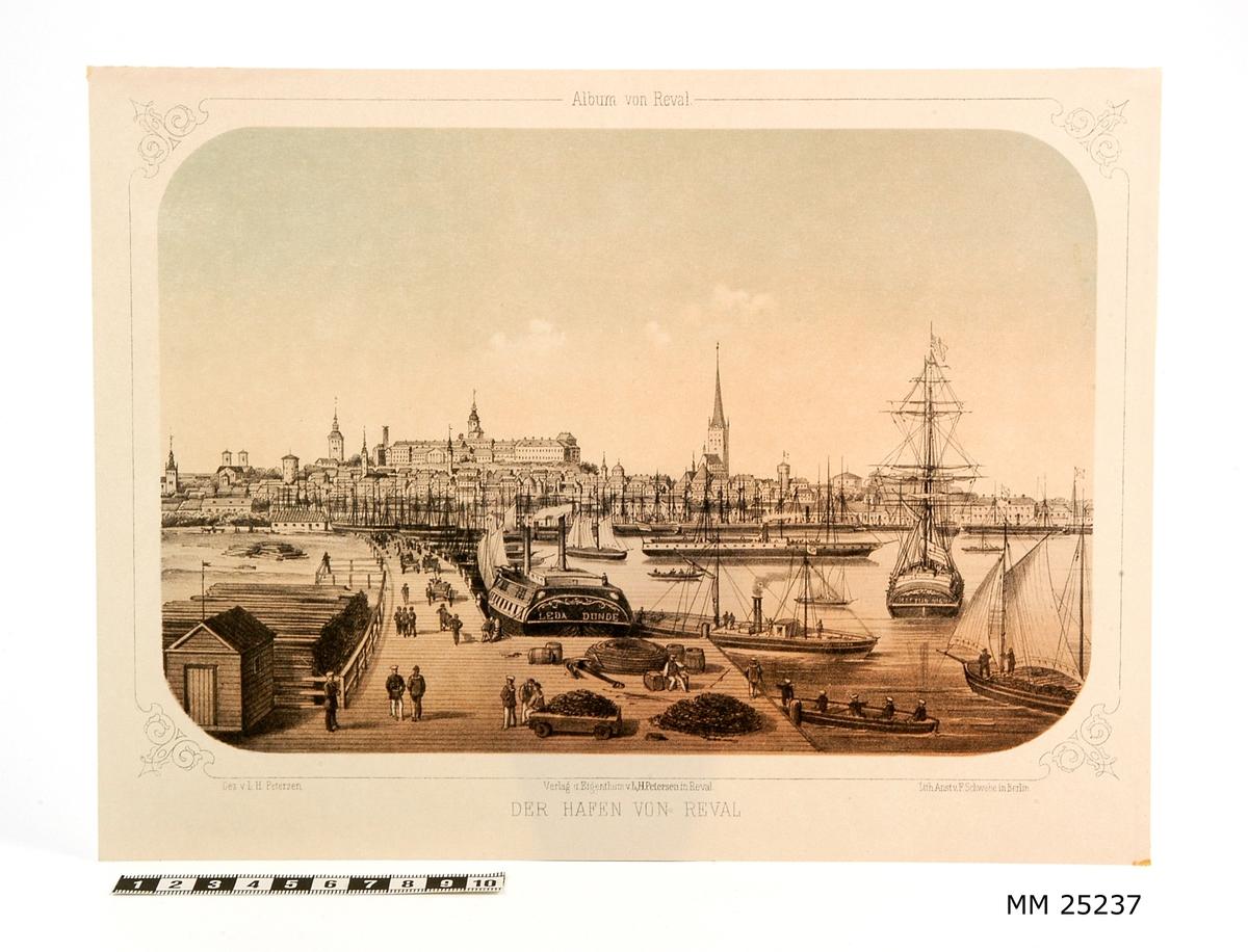 """Litografi i svart, vitt, brunt och blått föreställande hamnen i Reval. Stadsvyn i bakgrunden samt segelfartyg och ångfartyg i förgrunden. Text över motivet: """"Album von Reval"""", text under motivet: """"Der hafen von Reval"""", """"Gez. v. L.H. Petersen"""", """"Verlag u Eigenthum v. L H Petersen in Reval"""", """"Lith Anst v F Schwabe in Berlin""""."""