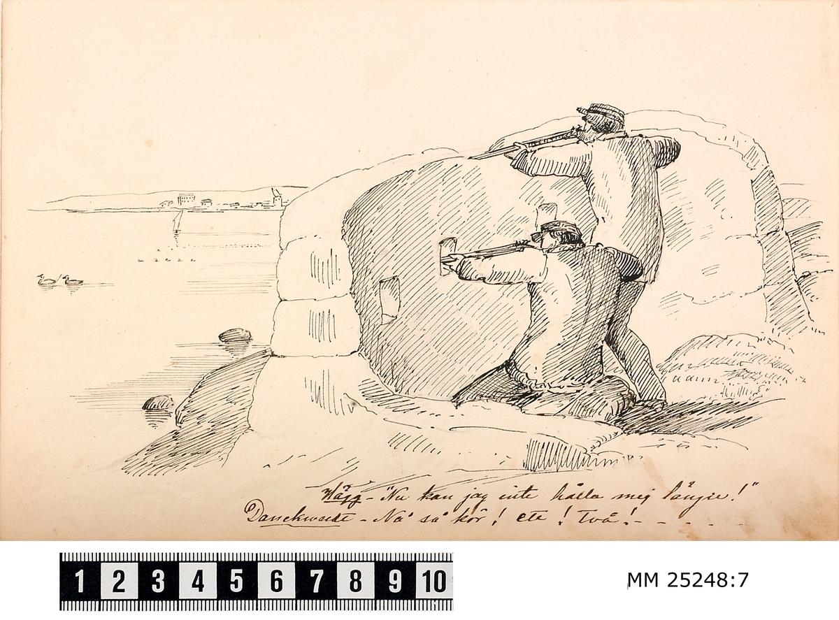 Pennteckning med två soldater i ett skyttevärn på Kungsholms fort. De har gevären i anläggning och tycks sikta på ett par sjöfåglar som simmar förbi i vattnet. Text under teckning berättar historien.