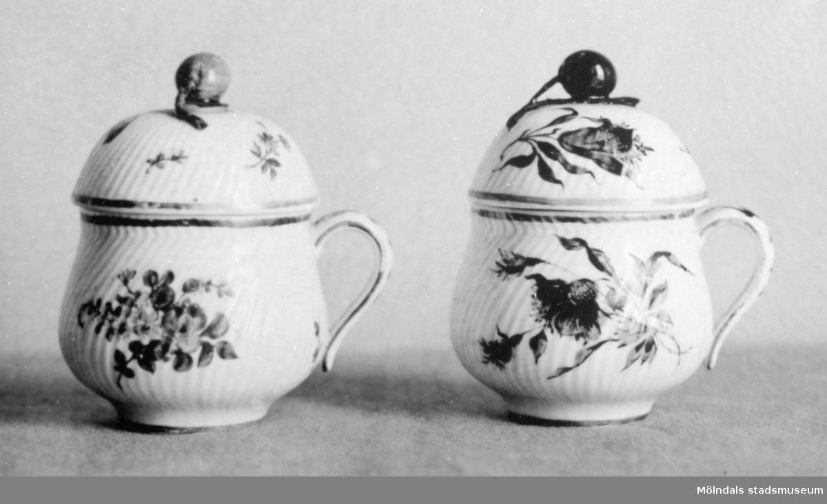 Två porslinskoppar med lock, likadant gjorda men med olika blomsterdekoration. Gunnebo slott, 1930-tal.