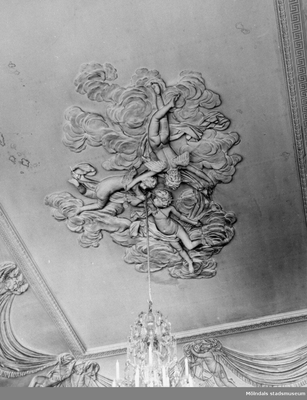 Mittrelief/takstuckatur i stora salongens plafond. Gunnebo slott 1930-tal.