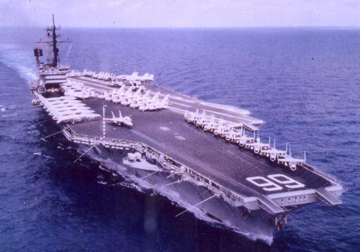 Amerikansk hangarskip av Kitty Hawk og John F. Kennedy - klassen som heter America og har nr. 66. På flydekket sees et stort antall fly.
