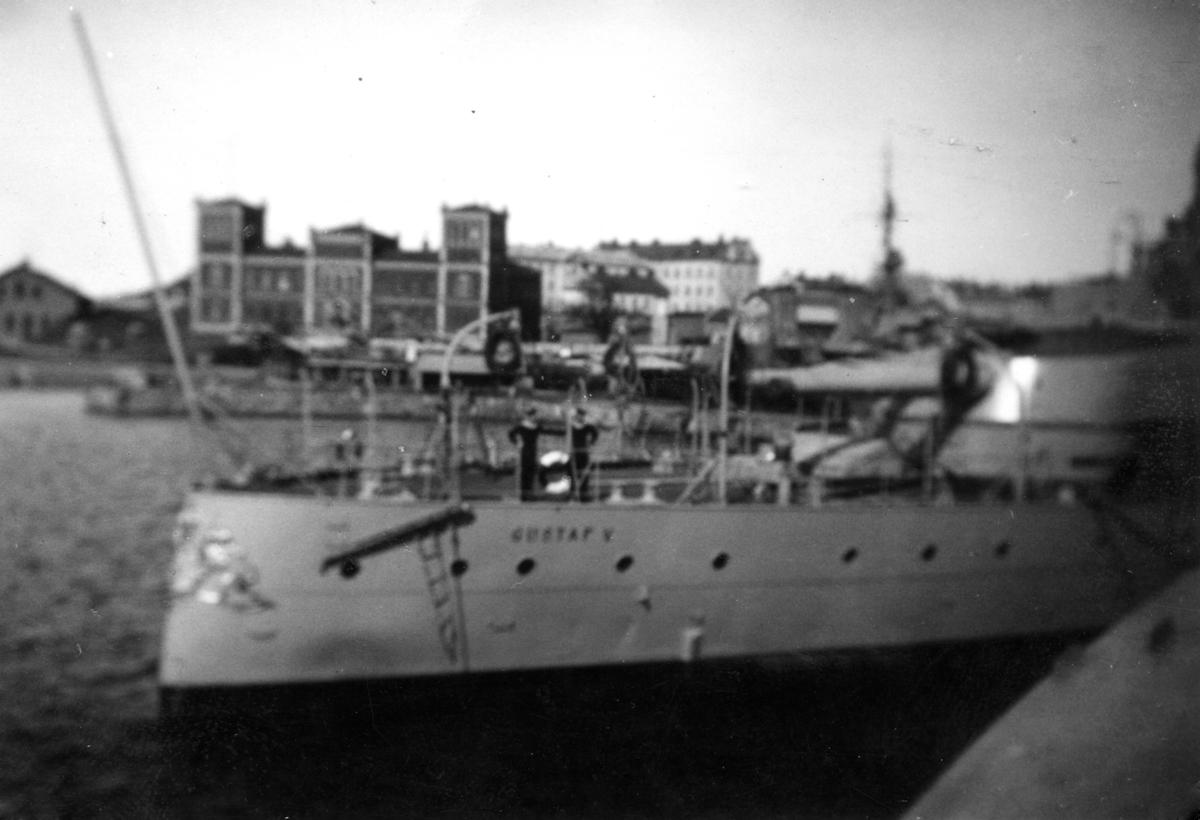 Fartyg: GUSTAV V                       Bredd över allt 18,63 meter Längd över allt 120,0 meter  Rederi: Kungliga Flottan, Marinen Byggår: 1922 Varv: Kockums Övrigt: Gustav V i hamn