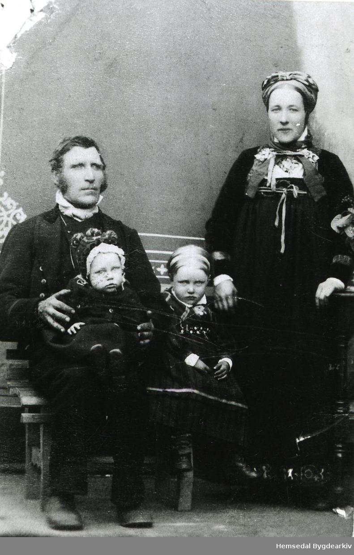 Embrik Grøto og Kari Grøto med Anne og Embrik, ca. 1890.