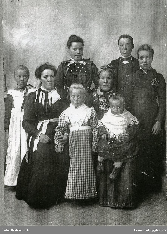 Guri Moen frå Hemsedal med borna. Bak frå venstre: Ingebjørg, Ivar, Barbo Framme frå venstre: Anne, Margit, Oline På fanget: Hans, fødd 1901