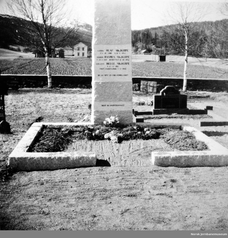 Gravstøtte på Gudå kirkegård over brødrene Skjærpe, som ble skutt under krigen. Den ene, Rasmus, var tegner ved NSB