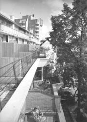 Terass- och höghus Terasser i förgrunden, höghus i bakgrund