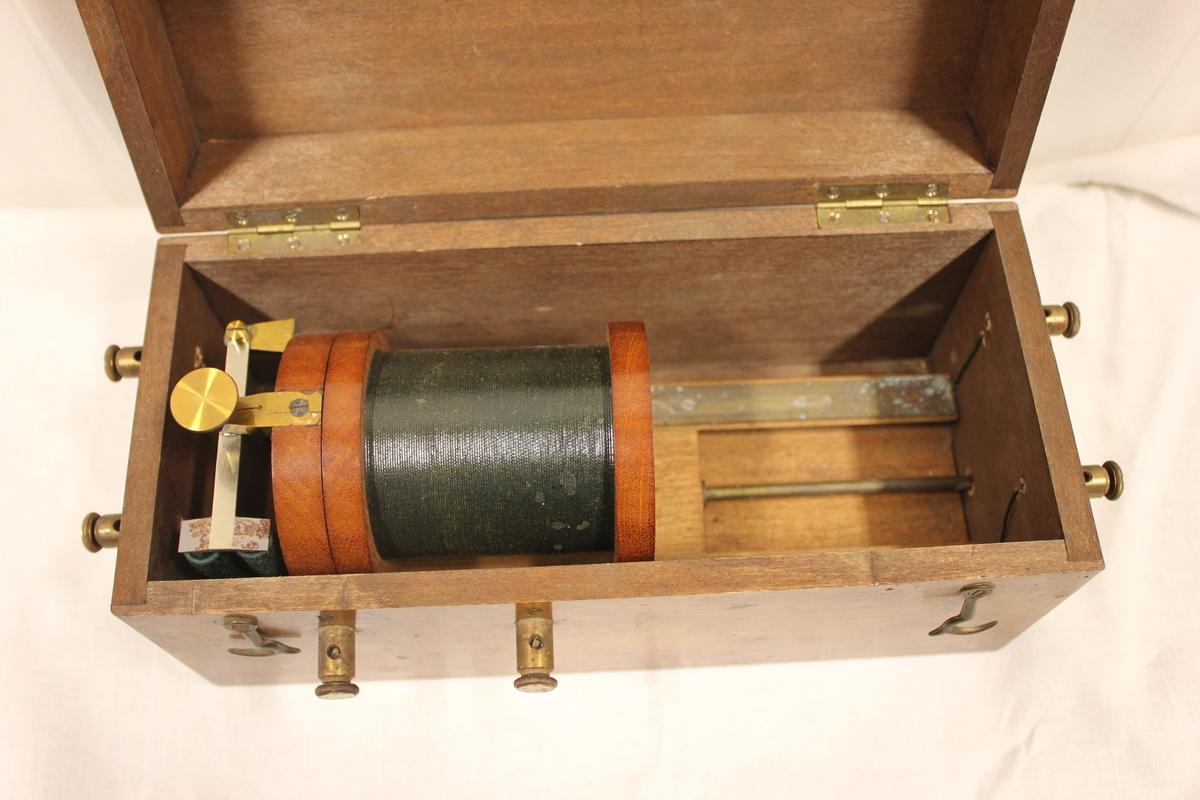 En boks i tre med en stor spole inne i. To poler på venstre side, to poler i front og to poler på høyre side. Induktiv kobling. Brukt i forbindelse med et krystallapparat for å velge ut stasjoner.