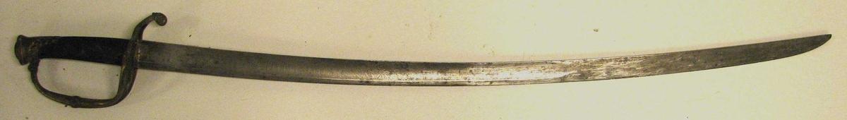 """1 sabel.  Sabel med forsiret messingfæste. Krum klinge med indetsete ornamenter og paa den ene side """"Fedreland"""", paa den anden """"Konning"""". Leder-balg med messingbeslag. Kjøpt av Anders P. Vikøren, Vik."""