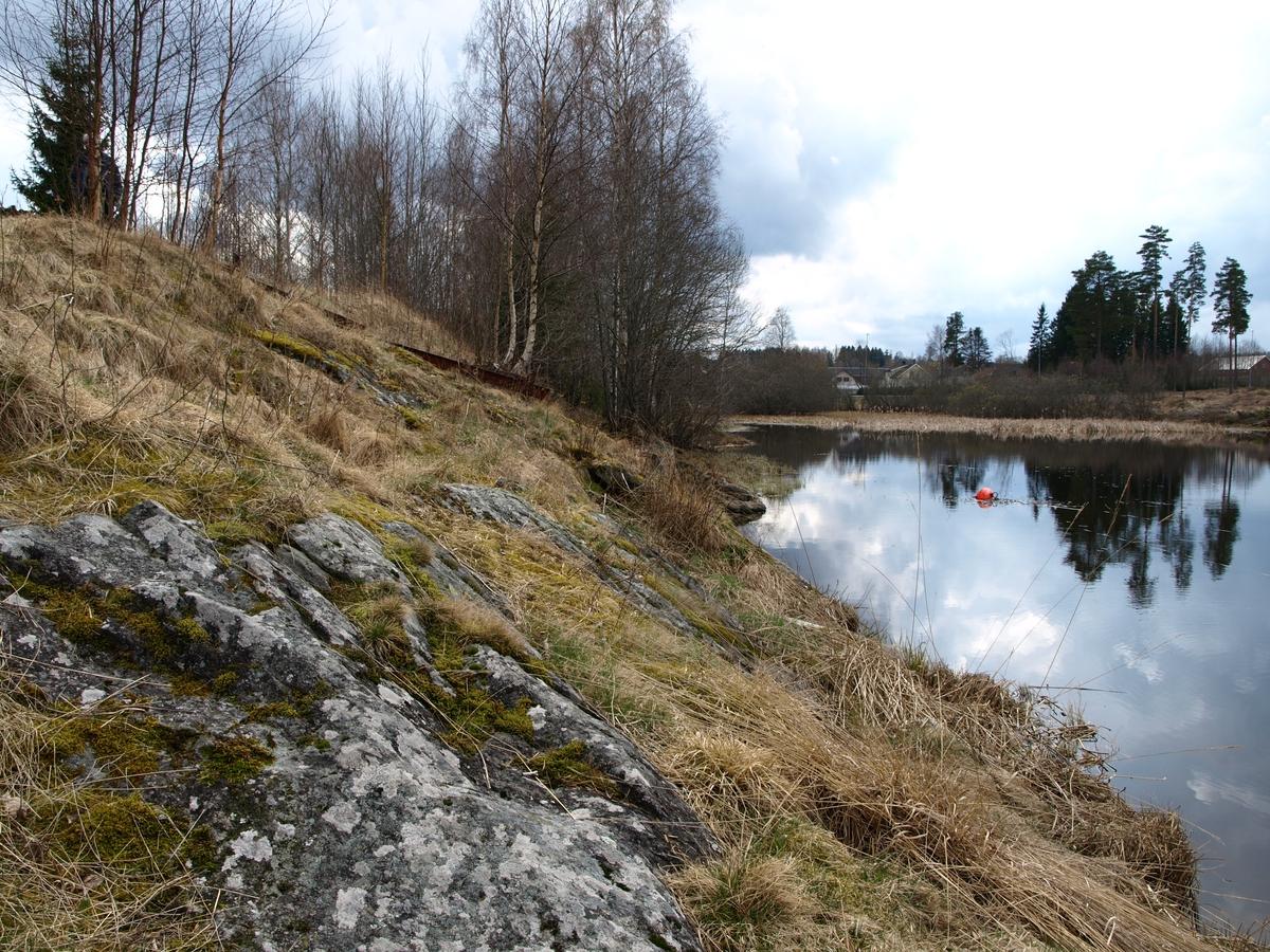 Når Solheimlandet var liggeslett för reisende familier på vår, höst og sommer var det vinterstid tömmeropplag. Berget er bratt fra plassen ner mot vannet ved tömmerkastet hvorifra tömret ble fört videre for flöting sydover i Haldenvassdraget.