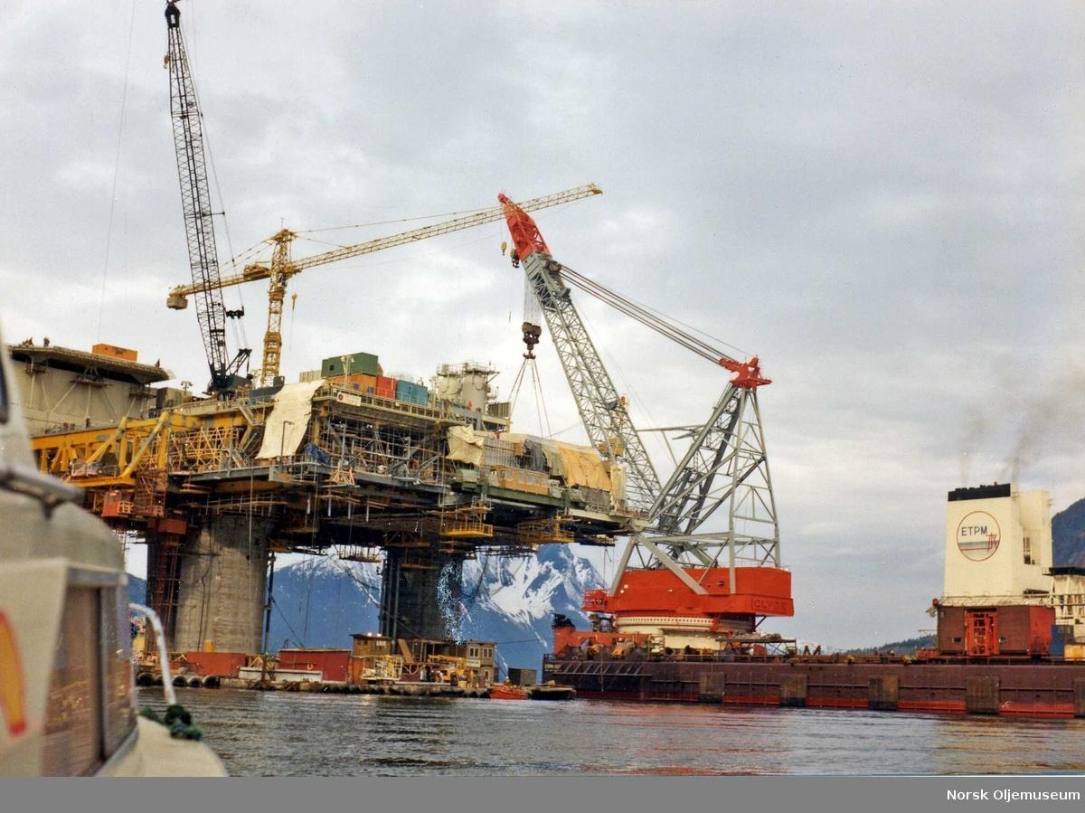 Bygging av TCP2 i Åndalsnes.  Modul 01 er i ferd med å heises på plass.