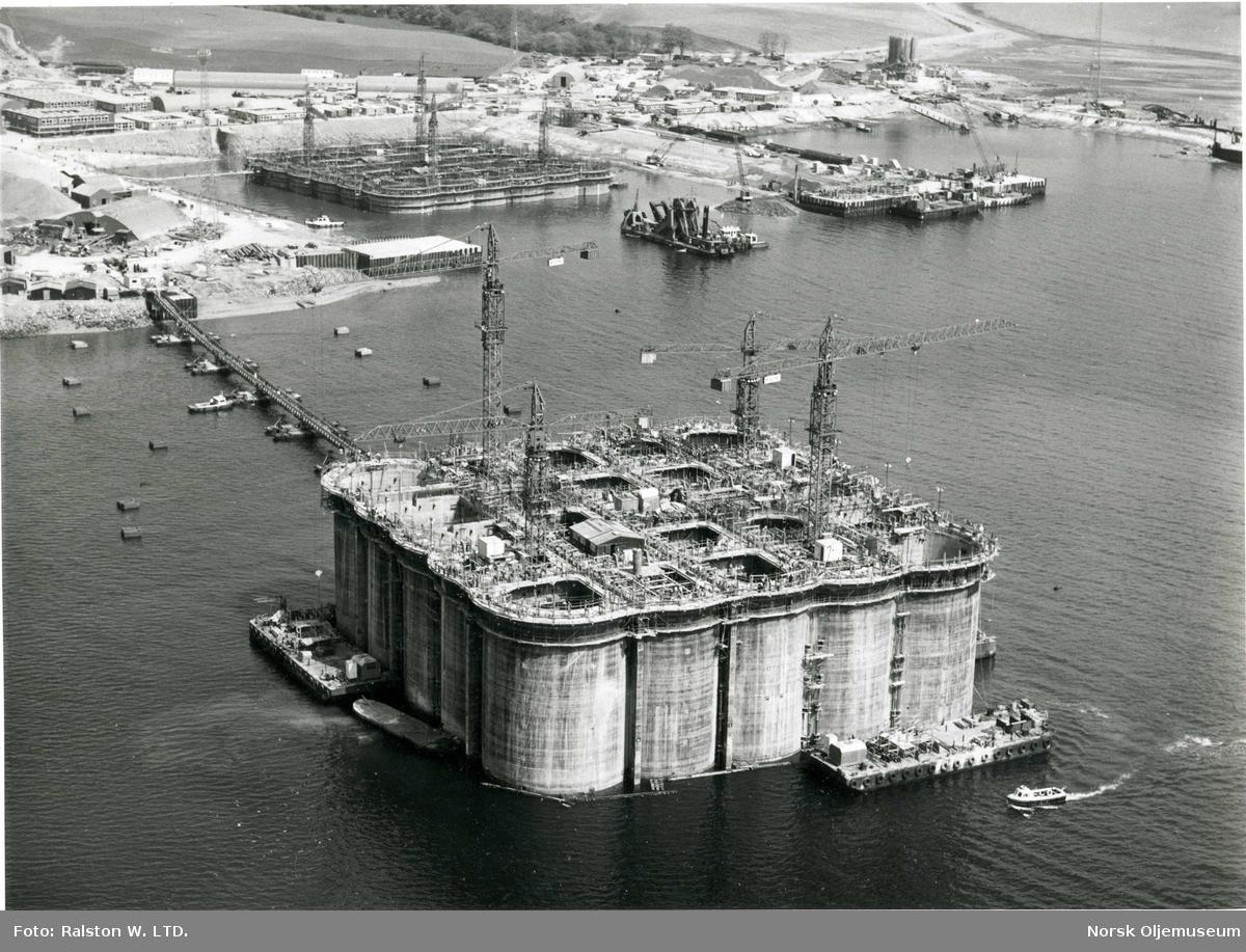 TP1-plattformen utenfor byggedokken ved Ardyne Point i Loch Striven, beliggende vest for Glasgow i Skottland. Dokken ble bygget på dette stedet på grunn av behovet for dypt nok vann når understellet skulle slepes ut i fjorden. Dokken var stor nok til at tre plattformer kunne bygges samtidig.