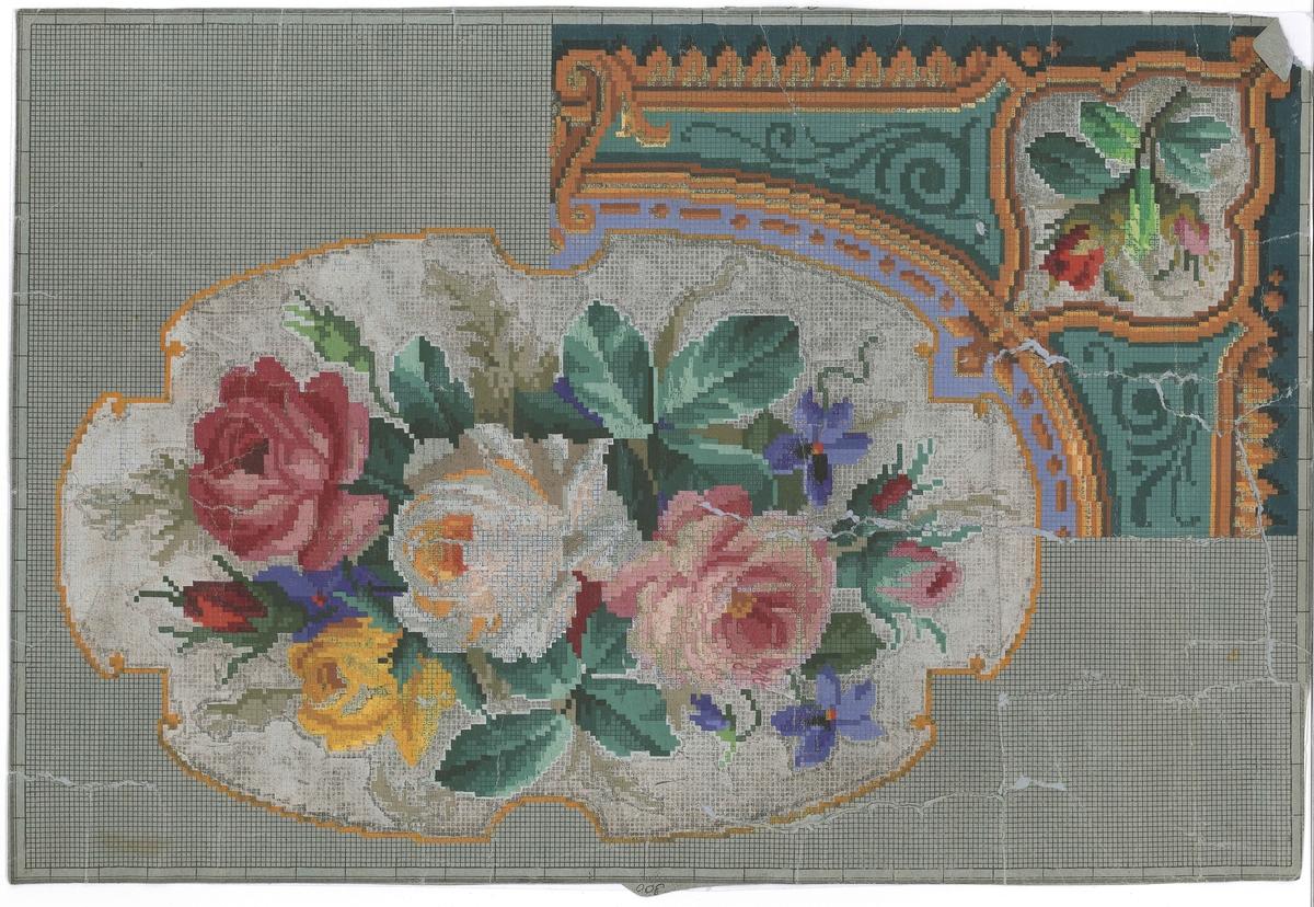 Broderimønster-ark. Motiv er roser i midten og eit hjørne. Rutemønstera er teikna opp med svart blekk på blågrå, tynn papp, og motiva er måla på med akvarellmåling. Der målinga er gjennomskineleg eller avflassa, kan ein sjå at det er teikna på symbol for fargane med blekk i kvar rute under akvarellmålinga. Det er også teikna konturar av motiva i blekk under målinga.
