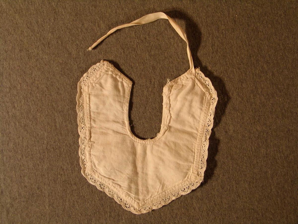 U- forma med bomullsband til å knyte i nakken. Kanta med hekla borde