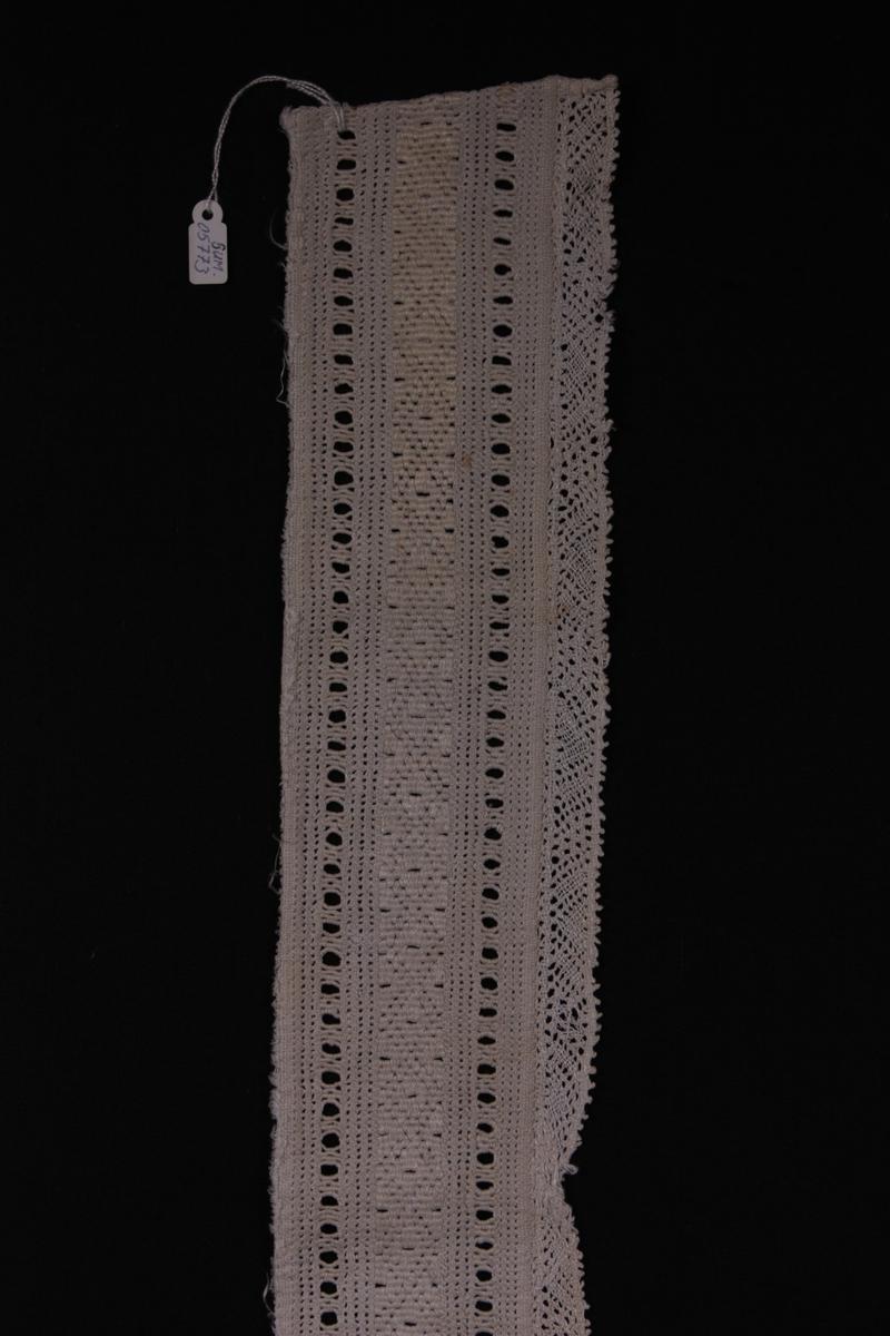 Form: Rektangulær broderiborde med kniplingskant.